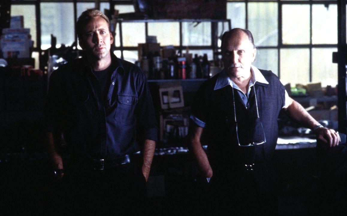 Um das Leben von Kip zu retten, müssen Otto (Robert Duvall, l.) und Memphis (Nicolas Cage, r.) in nur 72 Stunden 50 Nobelkarossen stehlen ... - Bildquelle: Merrick Martin Touchstone Pictures