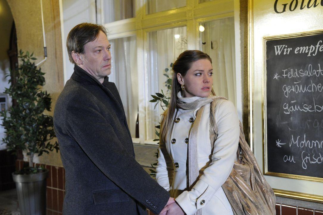 Armin (Rainer Will, l.) und Katja (Karolina Lodyga, r.) halten fest zusammen ... - Bildquelle: SAT.1