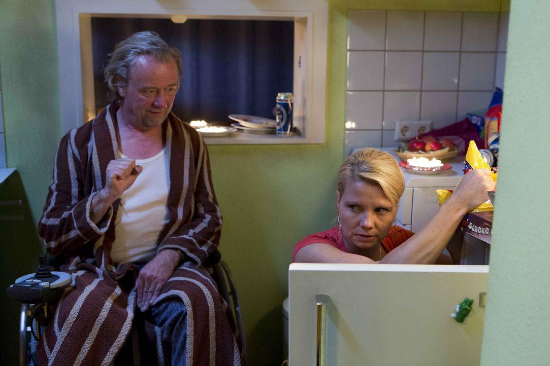 In Dannis (Annette Frier, r.) und Kurts (Axel Siefer, l.) Wohnung sieht es sehr düster aus. Nachdem Kurt die Hausverwaltung mit einem weiteren Prot... - Bildquelle: Frank Dicks SAT.1
