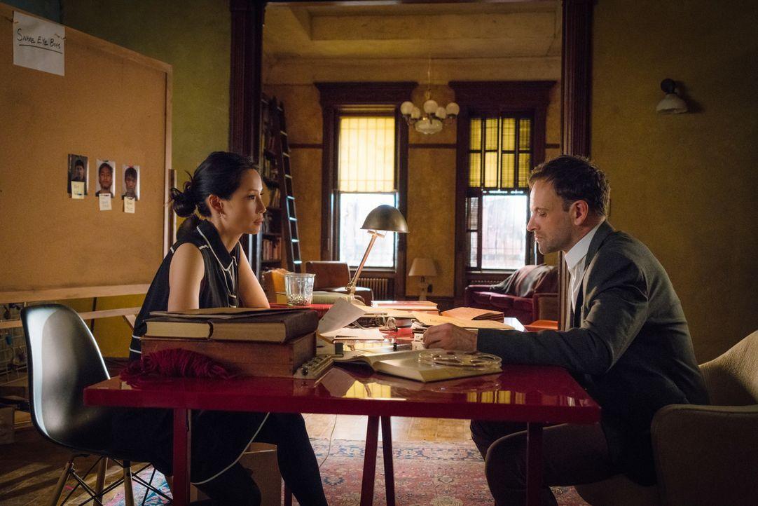 Ermitteln in einem neuen Fall: Sherlock Holmes (Jonny Lee Miller, r.) und Joan Watson (Lucy Liu, l.) ... - Bildquelle: Michael Parmelee 2016 CBS Broadcasting Inc. All Rights Reserved.