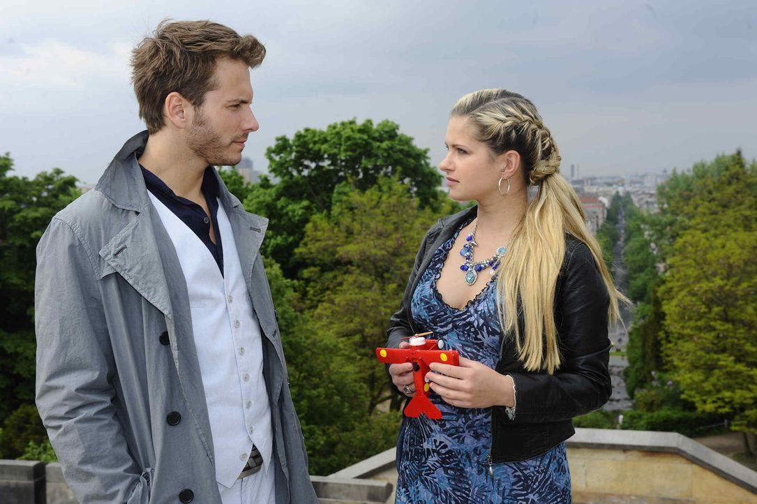 Mia (Josephine Schmidt, r.) ist fassungslos, als sie erkennt, dass Enrique (Jacob Weigert, l.) Toni ist. - Bildquelle: SAT.1