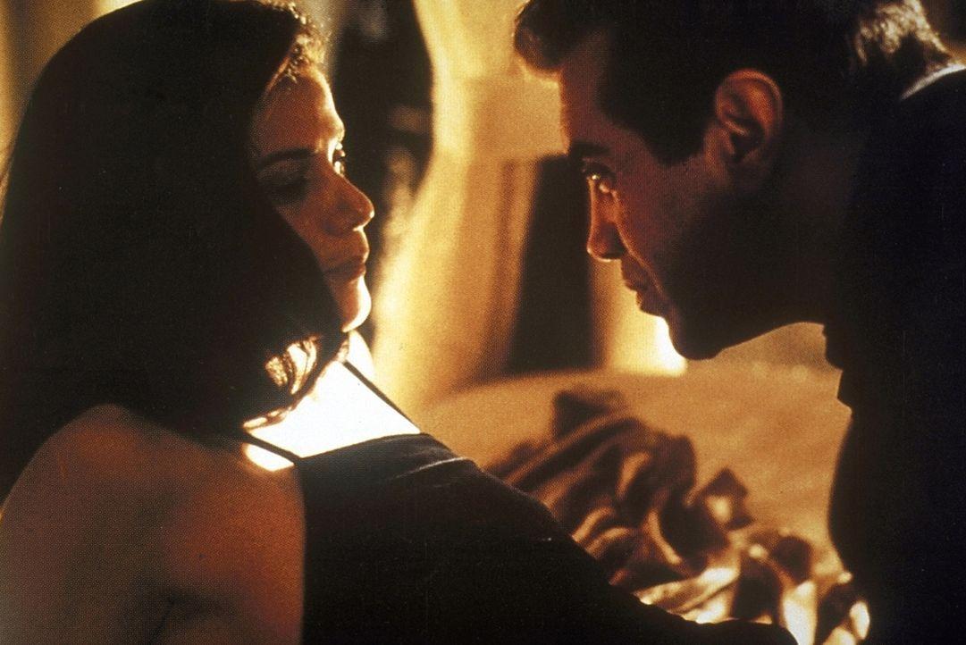 Sind die Bestseller-Autorin Trina (Linda Fiorentino, l.) und Staatsanwalt Matt Gavin (Chazz Palminteri, r.) ein biederes braves Ehepaar - oder teile... - Bildquelle: Paramount Pictures