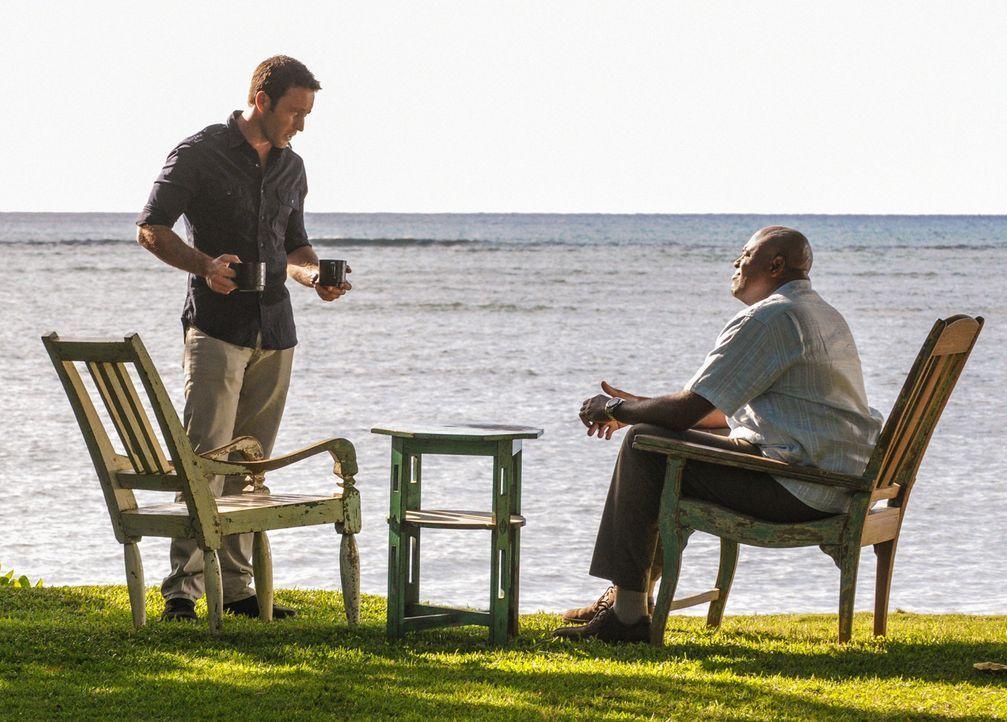 Während Grover (Chi McBride, r.) mit Dannys Mutter eine Spritztour macht, müssen Steve (Alex O'Loughlin, l.) und sein Team in einem neuen Fall ermit... - Bildquelle: 2013 CBS Broadcasting Inc. All Rights Reserved