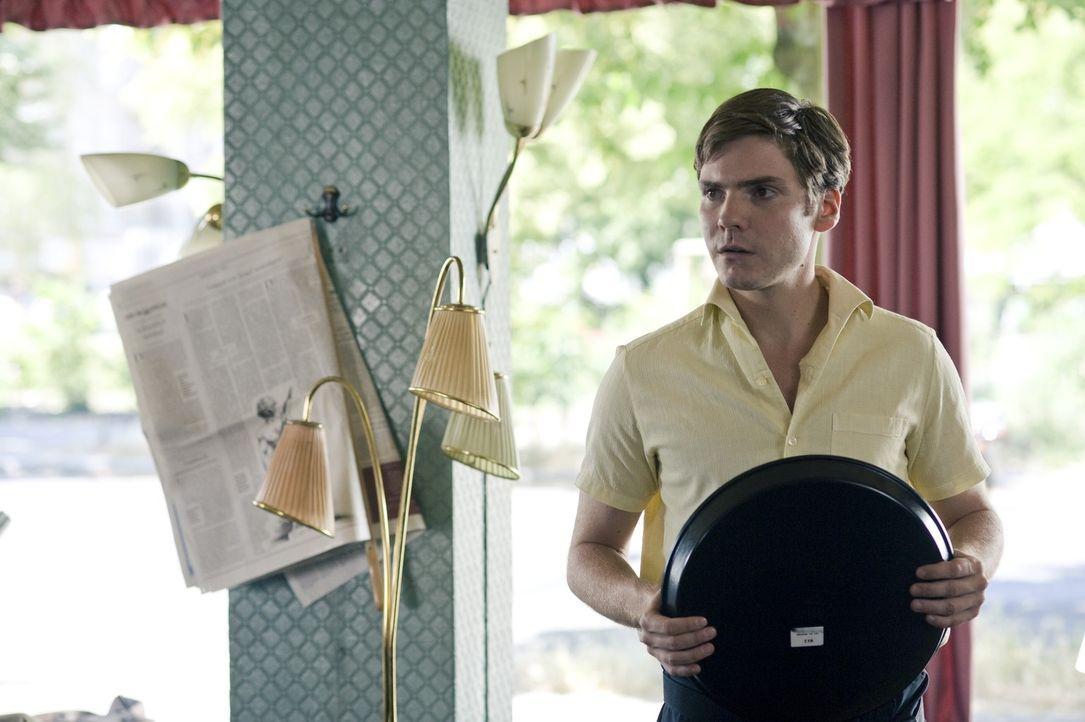 Der junge Kellner David (Daniel Brühl) ist ein Versager. Als er die hübsche Marie trifft, versucht er alles um sie zu beeindrucken. Zufälligerwei... - Bildquelle: Warner Brothers