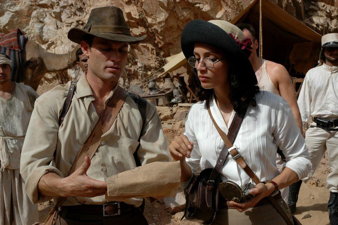 Glücklicherweise gelingt es Danny Freemont (Casper Van Dien, l.), Dr. Azelia Barakat (Leonor Varela, r.) für sein Unterfangen zu gewinnen. Mit Hilfe... - Bildquelle: 2006 RHI Entertainment Distribution, LLC