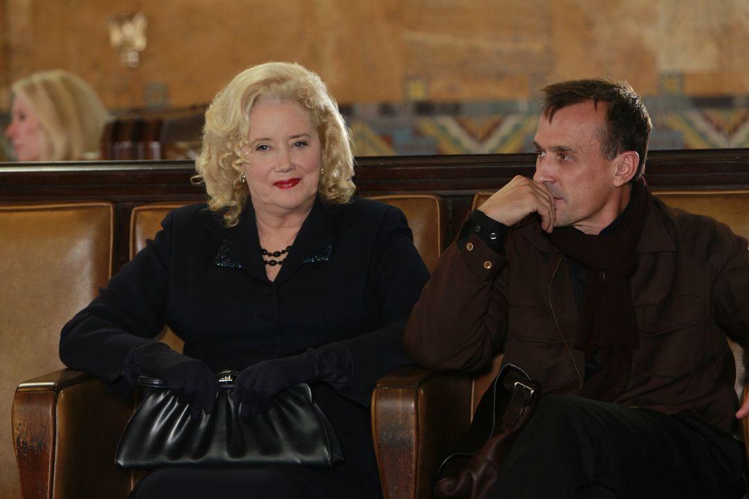 Das BAU-Team ermittelt in einem neuen Fall und stößt dabei auf May (Sally Kirkland, l.) und Rhett Walden (Robert Knepper, r.). Doch was haben sie... - Bildquelle: ABC Studios
