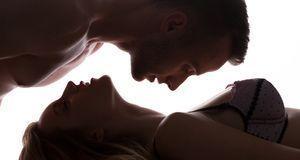 Lassen Sie sich beim Kuschelsex ganz auf den Körper Ihres Partners ein und ta...