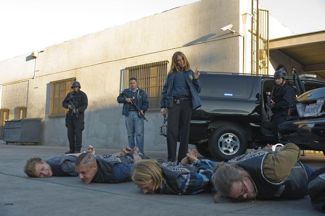 """Die toughe Agentin June Stahl (Ally Walker, hinten 3.v.l.) macht den """"Sons of Anarchy? klar, dass mit ihr nicht zu spaßen ist ... - Bildquelle: 2008 FX Networks, LLC. All rights reserved."""