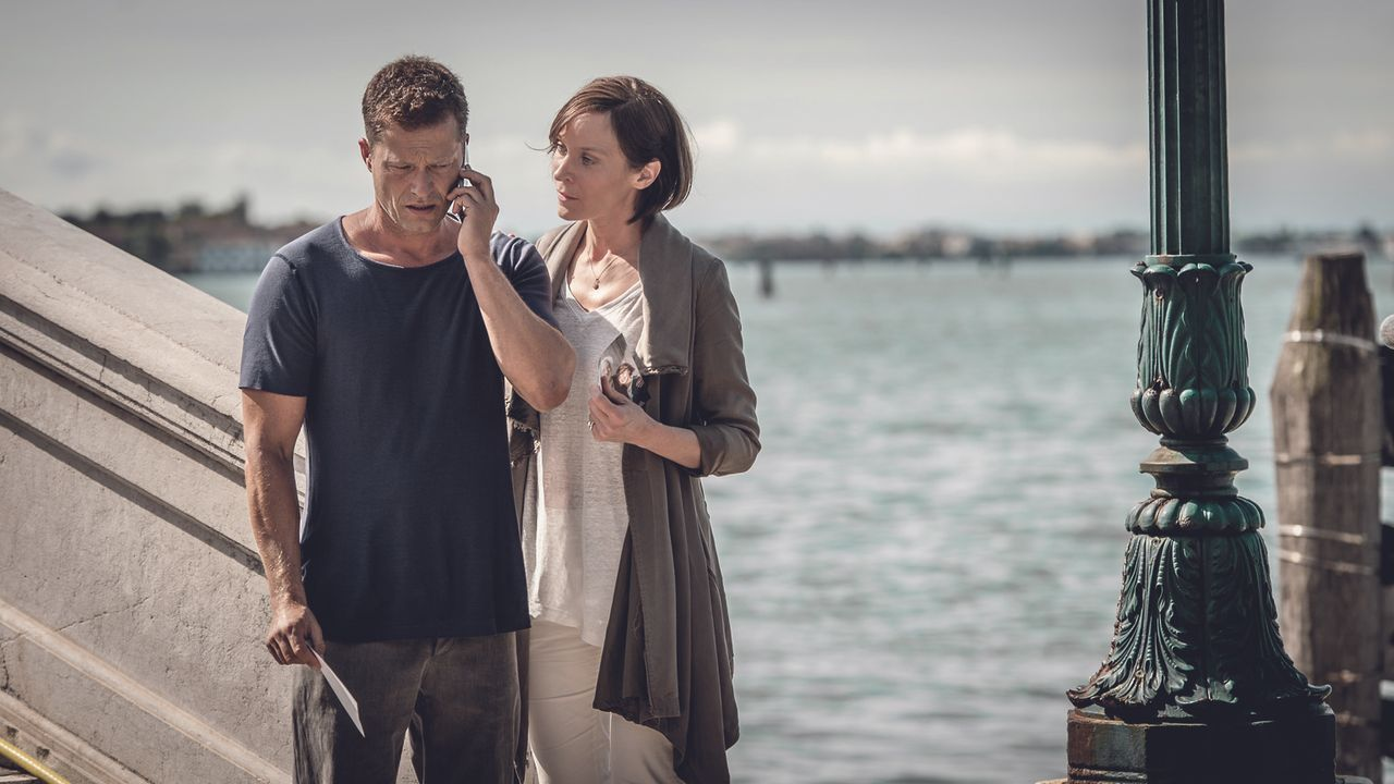Als die Situation ernst wird, bricht Tilda mit ihrem Opa zu einer Reise nach Venedig auf, wo dieser einst seiner geliebten verstorbenen Frau einen H... - Bildquelle: Gordon Timpen 2014 barefoot films GmbH, SevenPictures Film GmbH, Warner Bros. Entertainment GmbH. All rights reserved.