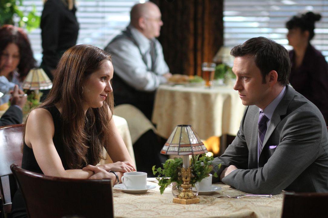 Um in seinem neuen Fall weiterzukommen, hofft Adam (Nathan Corddry, r.) auf die Hilfe seiner Ex-Freundin Rachael Miller (Jordana Spiro, l.) ... - Bildquelle: Warner Bros. Television