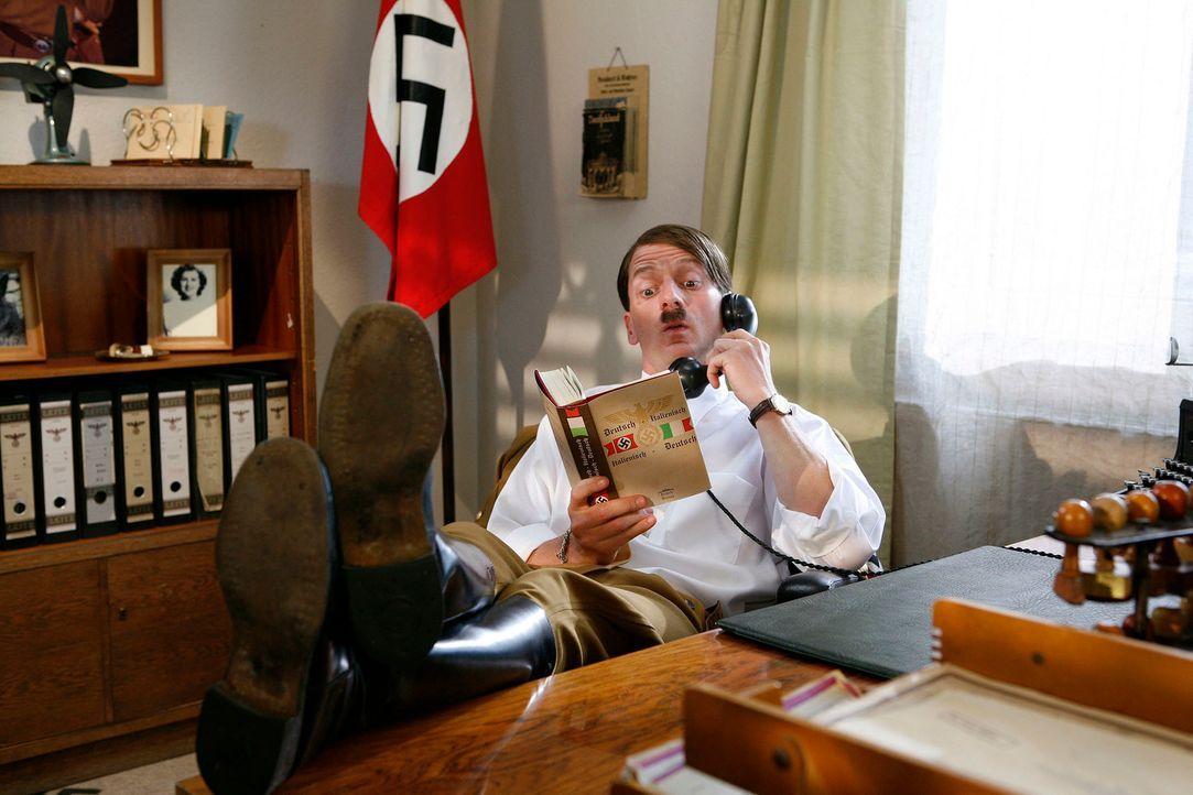 Auch ein Hitler (Michael Kessler) darf mal die Füße hochlegen ... - Bildquelle: Kai Schulz ProSieben