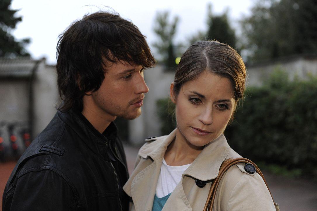 Bea (Vanessa Jung, r.) ist hin- und hergerissen: Soll sie auf Michaels Erpressung eingehen oder wie geplant die Schule verlassen und somit Gabrieles... - Bildquelle: SAT.1