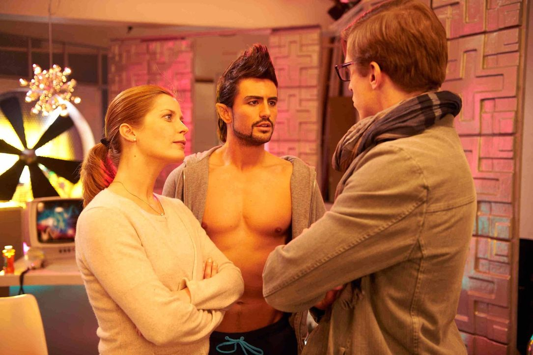 Zunächst hat Marie (Valerie Niehaus, l.) noch Träume, dank des jungen Dramaturgen Marek (Golo Euler, r.) das schauspielerische Niveau der Pornodarst... - Bildquelle: SAT.1