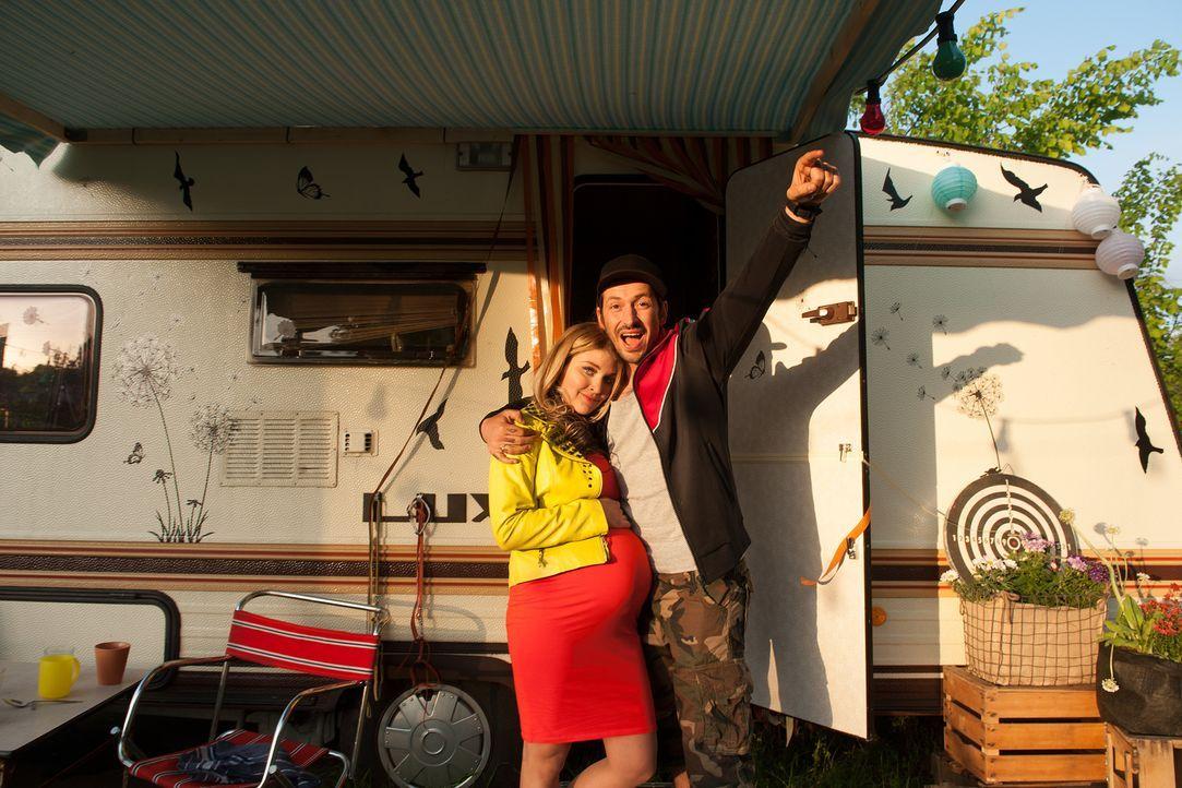 Arm aber glücklich: Jessi (Lara Mandoki, l.) und Steve (Arnel Taci, r.) führen ein mehr oder weniger geregeltes Leben, bis ein einschlägiges Ereigni... - Bildquelle: Britta Krehl SAT.1/Britta Krehl