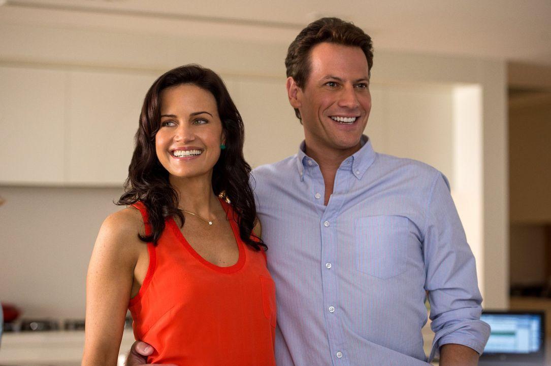 Noch ahnen Emma (Crala Gugino, l.) und ihr neuer Partner Daniel (Ioan Gruffudd, r.) nicht, dass ein grausames Erdbeben schon bald ihre Heimat erschü... - Bildquelle: 2014 Warner Bros. Entertainment Inc.