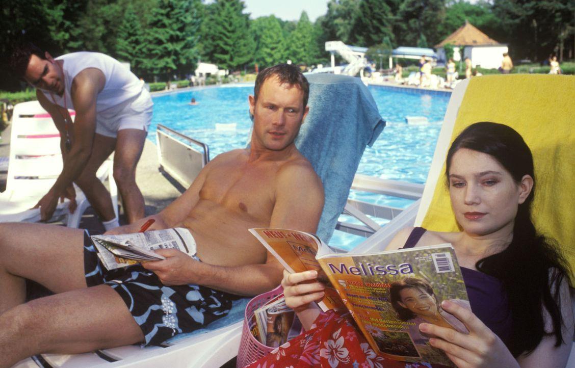 Es gibt doch nichts schöneres als einen freien Tag am Pool! Aber wenn man eigentlich auf der Arbeit sein sollte, kann das ganz schön in die Hose g... - Bildquelle: Guido Engels Sat.1