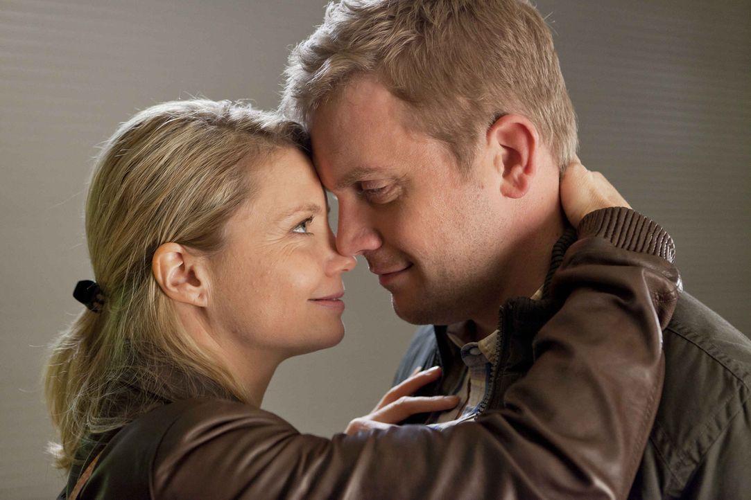 Genießen ihre gemeinsame Zeit: Danni (Annette Frier, l.) und Sven (Sebastian Bezzel, r.) ... - Bildquelle: SAT.1