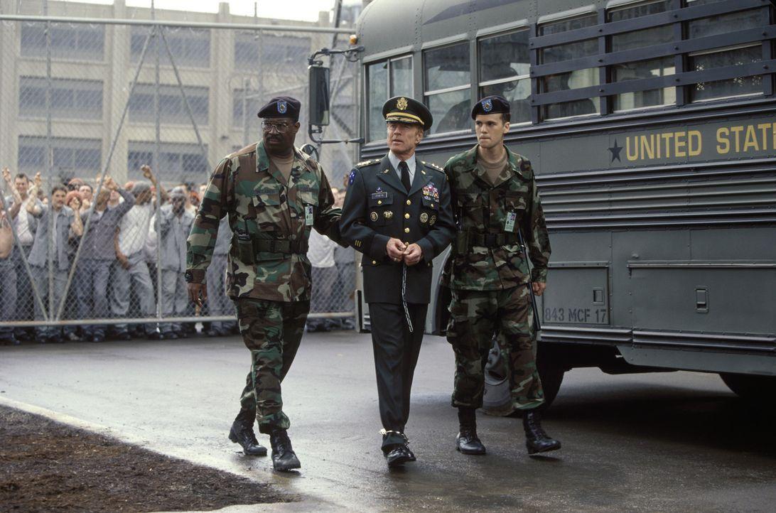 Private Niebolt (Nick Kokich, r.) und Sergeant McLaren (Maurice Bullard, l.) haben die undankbare Aufgabe, den allseits geachteten General Irwin (Ro... - Bildquelle: TM &   2001 DREAMWORKS LLC. All Rights reserved.