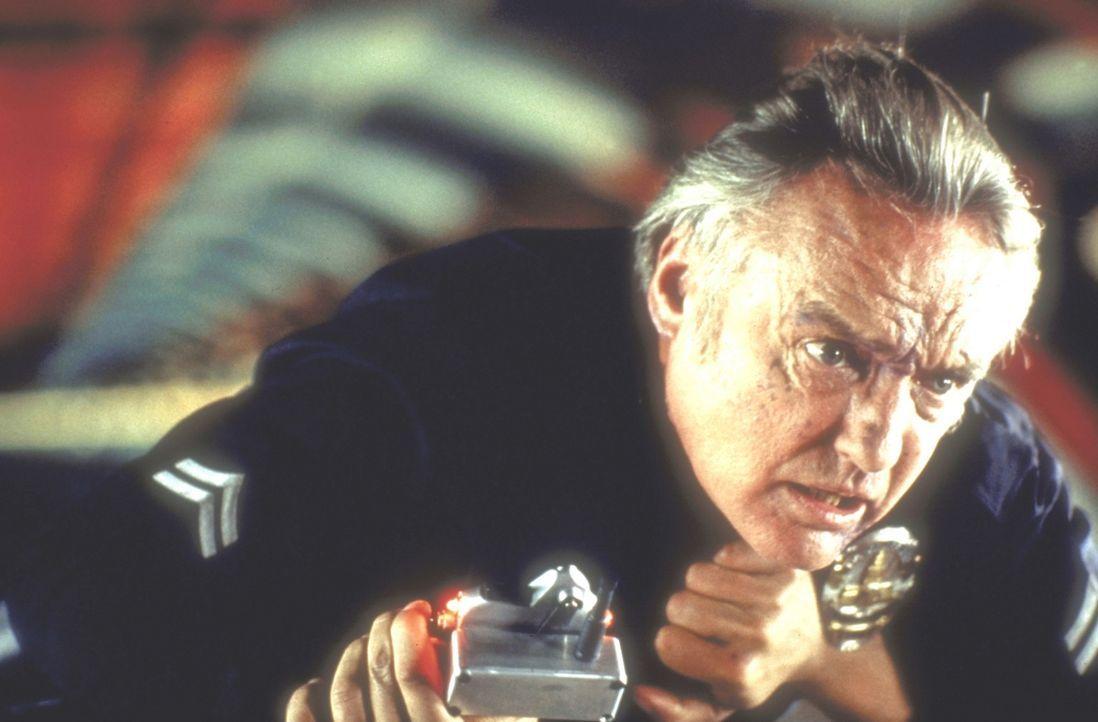 Howard Payne (Dennis Hopper) installiert in einem öffentlichen Bus eine Bombe ... - Bildquelle: Twentieth Century Fox of Germany