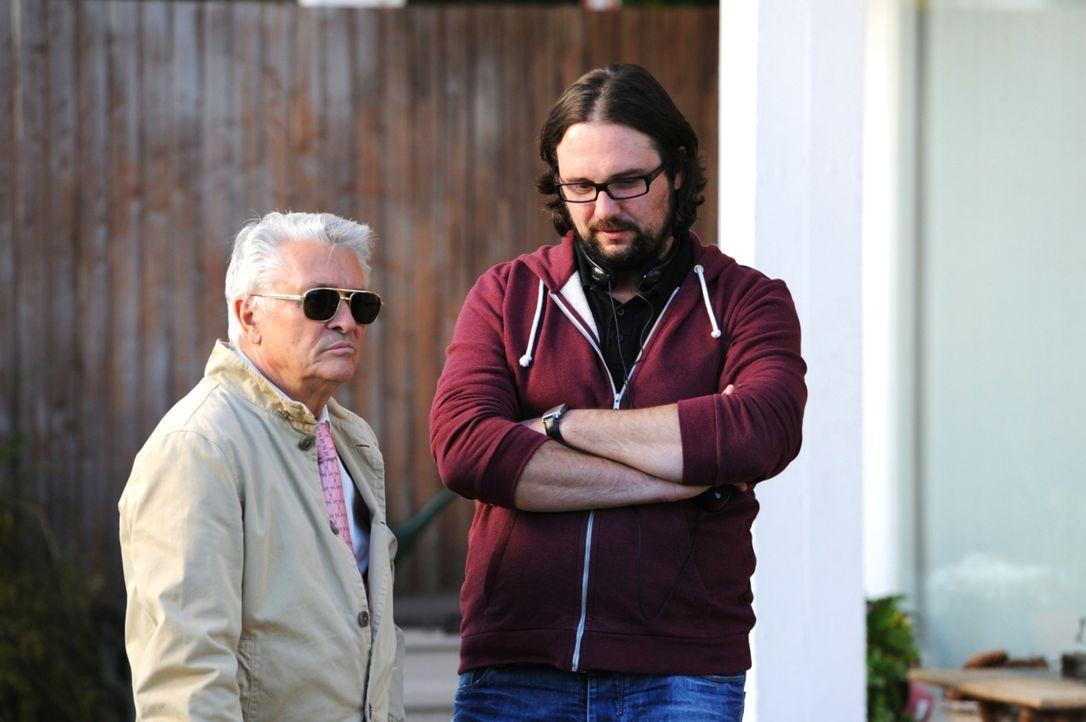 Regisseur Holger Haase (r.) und Hauptdarsteller Henry Hübchen (l.) beim Dreh ... - Bildquelle: 2013 Constantin Film Verleih GmbH.