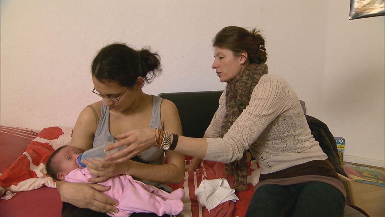 Milena (l.) ist sich unsicher, wie sie mit ihrer drei Wochen alten Tochter umgehen soll. Familienhebamme Julia Pagels (r.) unterstützt sie ... - Bildquelle: SAT.1