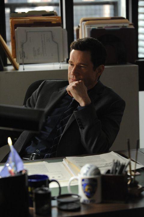 Bekommt eine Schachtel mit verschiedenen Sachen ins Büro geliefert, von denen er aber meint, dass es nicht seine sind: Al (Dylan Walsh) ... - Bildquelle: 2011 CBS Broadcasting Inc. All Rights Reserved.