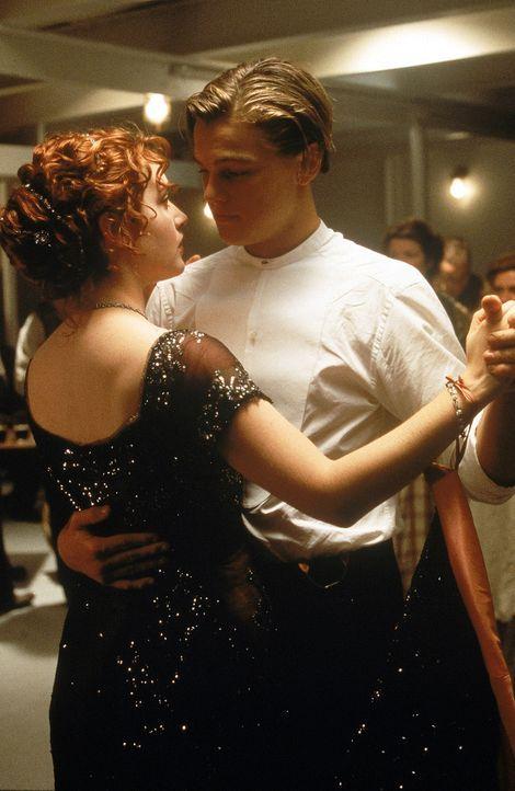 Auf der Jungfernfahrt der Titanic verliebt sich der mittellose Jack (Leonardo DiCaprio, r.) in die wohlhabende Rose (Kate Winslet, l.). Obwohl Kate... - Bildquelle: 20th Century Fox