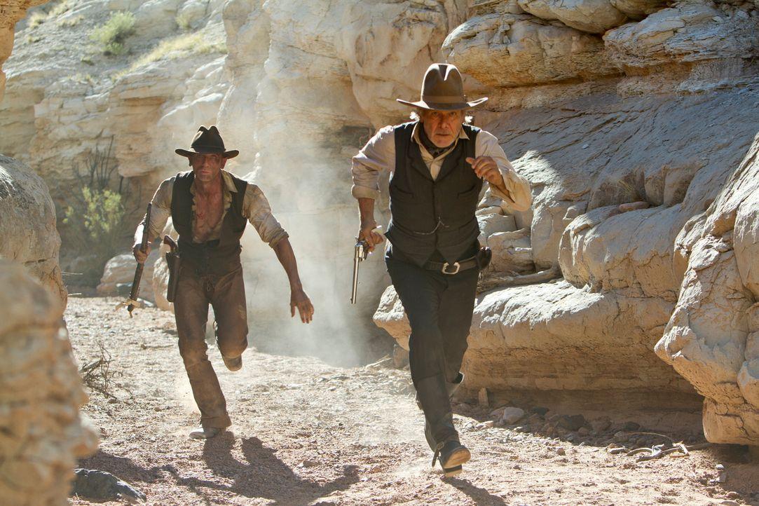 Auf der Suche nach ihren Angehörigen werden Jake Lonergan (Daniel Craig, l.) und Colonel Dolarhyde (Harrison Ford, r.) immer wieder von den Plündere... - Bildquelle: (2011) DREAMWORKS II DISTRIBUTION CO., LLC and UNIVERSAL STUDIOS.