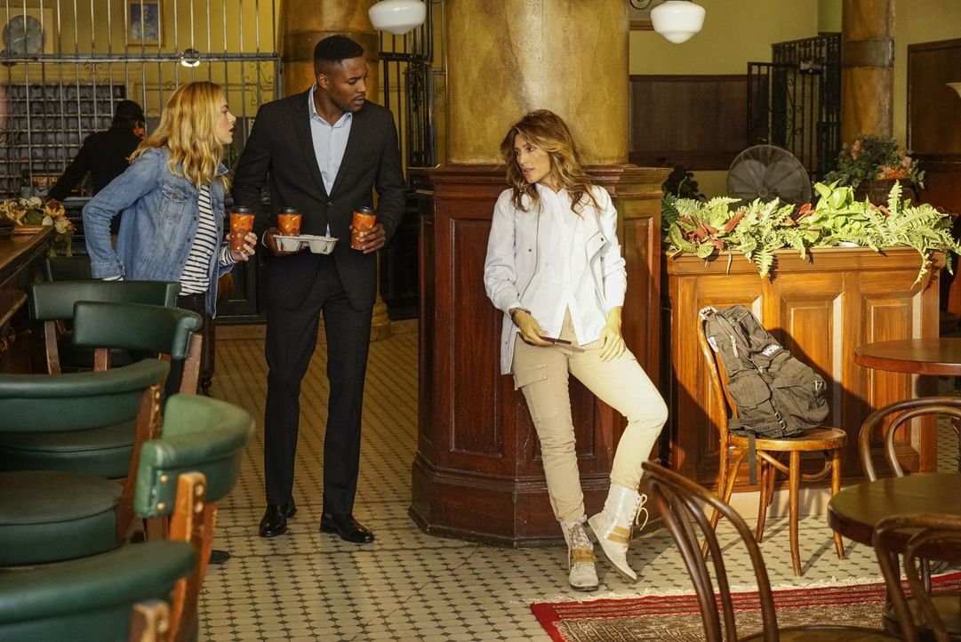Bishop (Emily Wickersham, l.) und Quinn (Jennifer Esposito, r.) sollen MI6 Offizier Reeves (Duane Henry, M.) in Philadelphia dabei unterstützen, sei... - Bildquelle: Robert Voets 2016 CBS Broadcasting, Inc. All Rights Reserved