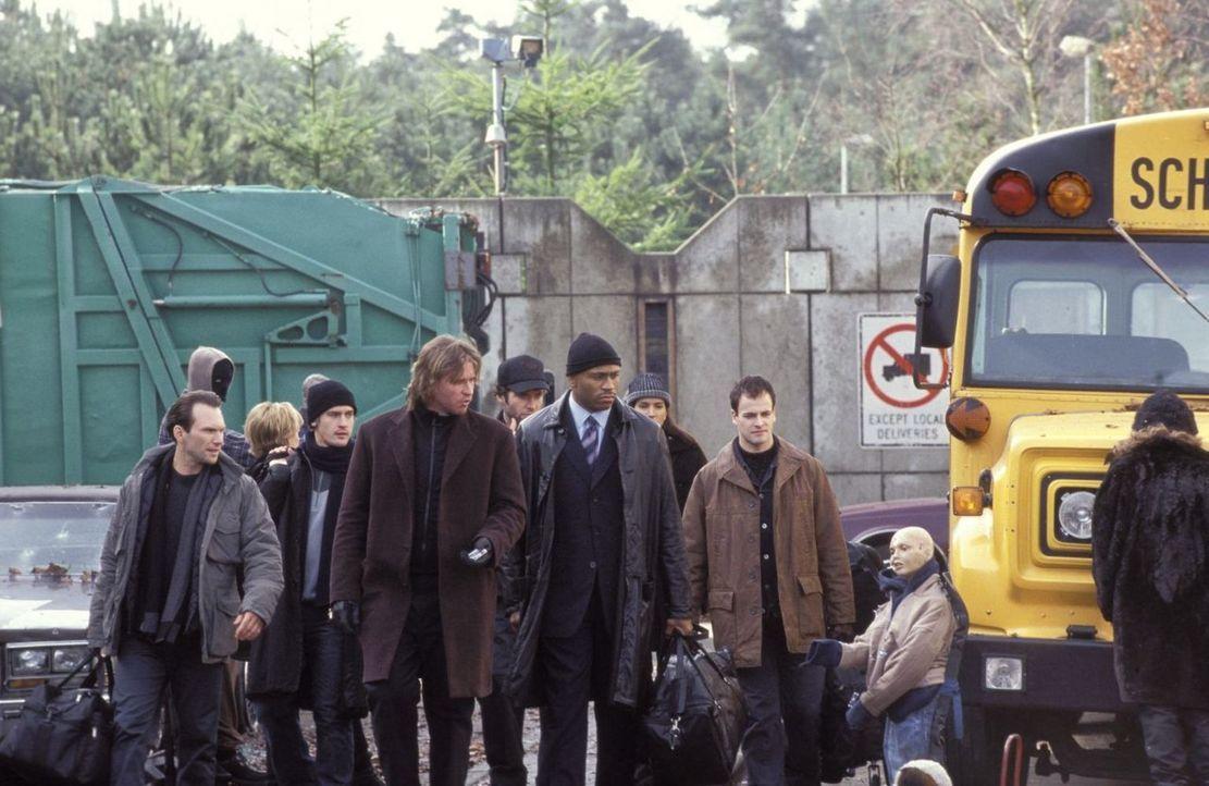Harris (Val Kilmer, M.) schickt sein Team von jungen FBI-Agenten zusammen mit dem erfahrenen Cop Gabe Jenkins (LL Cool J, 3.v.r.) auf eine einsame I... - Bildquelle: Tobis Film