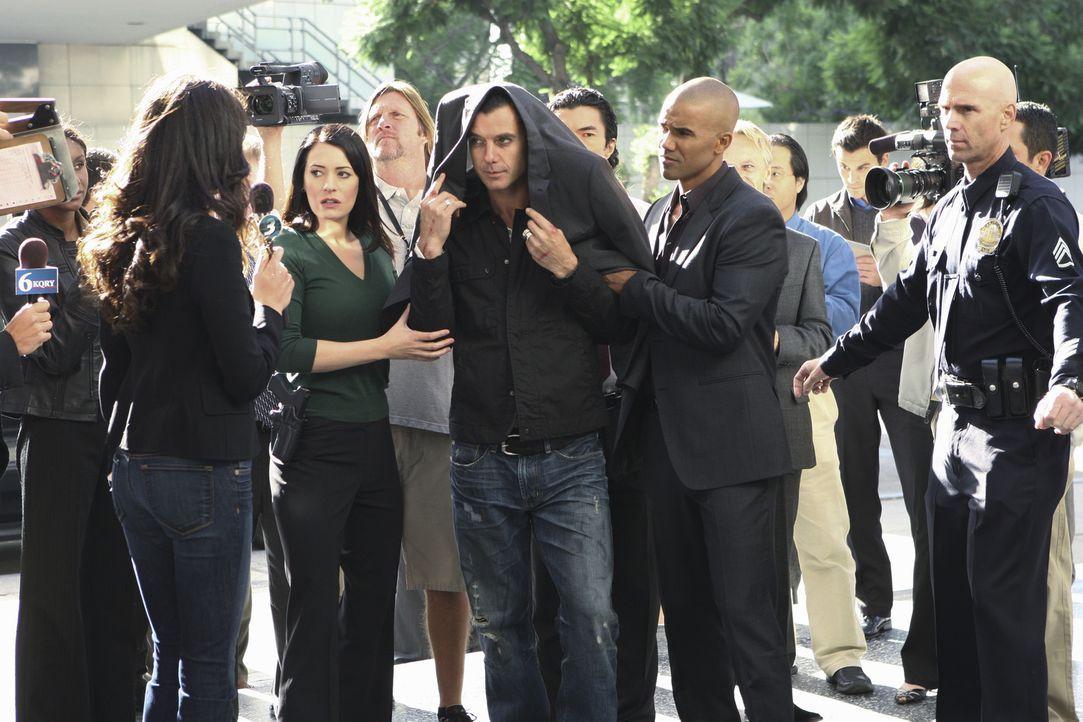 Rockstar Dante (Gavin Rossdale, M.) gilt als Verdächtiger einer Mordserie in Los Angeles. Noch bevor er von Prentiss (Paget Brewster, M.l.) und Mor... - Bildquelle: Touchstone Television