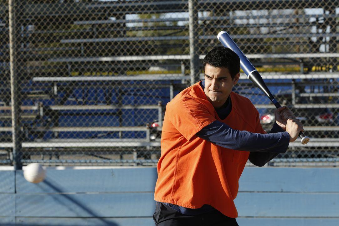 Ist Walter (Elyes Gabel) mit seinen Gedanken wirklich bei dem wichtigen Softball-Spiel? - Bildquelle: Cliff Lipson 2018 CBS Broadcasting, Inc. All Rights Reserved.