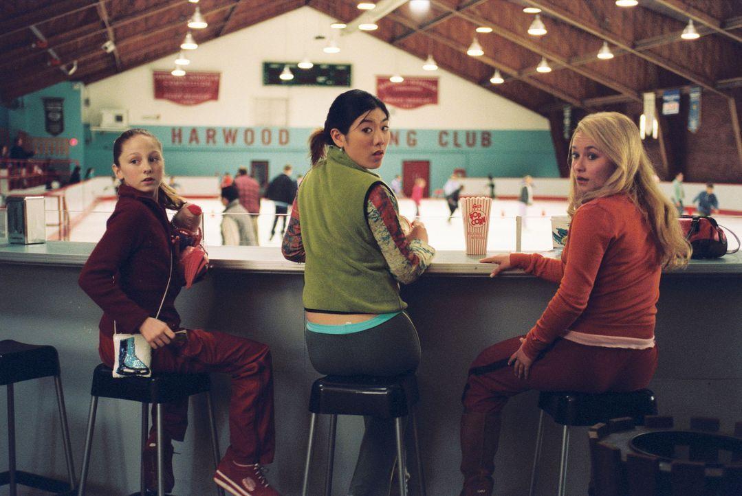 Casey himmelt Nikki (Kirsten Olson, l.), Tiffany (Jocelyn Lai, M.) und Gen (Hayden Panettiere, r.) an, drei Eislauf-Wunderkinder, die zwar etwas hoc... - Bildquelle: 2005 Disney Enterprises, Inc.