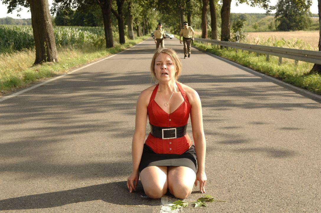 Katja (Karolina Lodyga) begreift, dass es ein Fehler gewesen ist, mit Gerrit fliehen zu wollen und stellt sich der Polizei. - Bildquelle: Sat.1