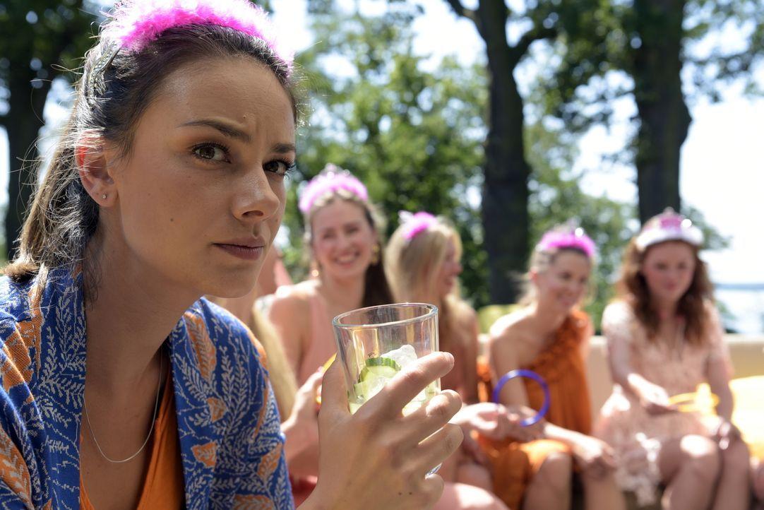 Auf dem Junggesellinnenabschied ihrer Schwägerin hat Katja (Janina Uhse) alles andere als Spaß, bis unerwartet ein Bekannter auftaucht ... - Bildquelle: Christiane Pausch SAT.1/Christiane Pausch