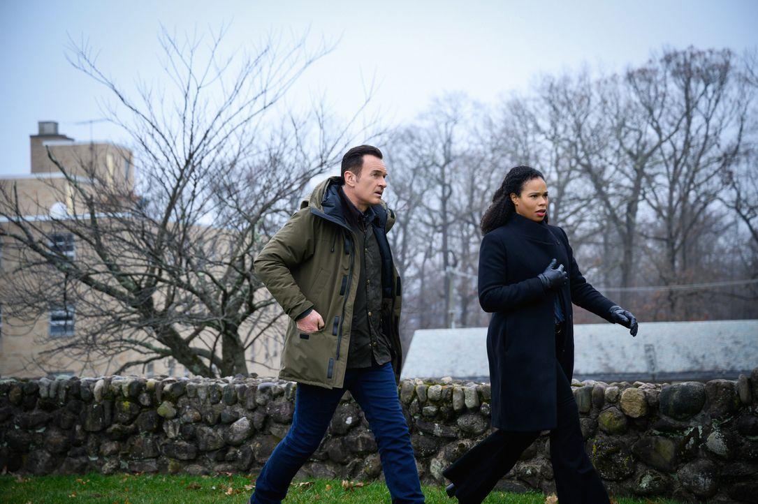Jess LaCroix (Julian McMahon, l.); Sheryll Barnes (Roxy Sternberg, r.) - Bildquelle: Mark Schafer 2020 CBS Broadcasting Inc. All Rights Reserved. / Mark Schafer