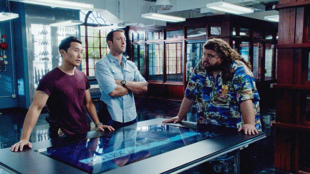 Gemeinsam versuchen sie einen neuen Fall zu lösen: Jerry Ortega (Jorge Garcia, r.), Steve (Alex O'Loughlin, M.) und Chin (Daniel Dae Kim, l.) ... - Bildquelle: 2013 CBS BROADCASTING INC. All Rights Reserved.