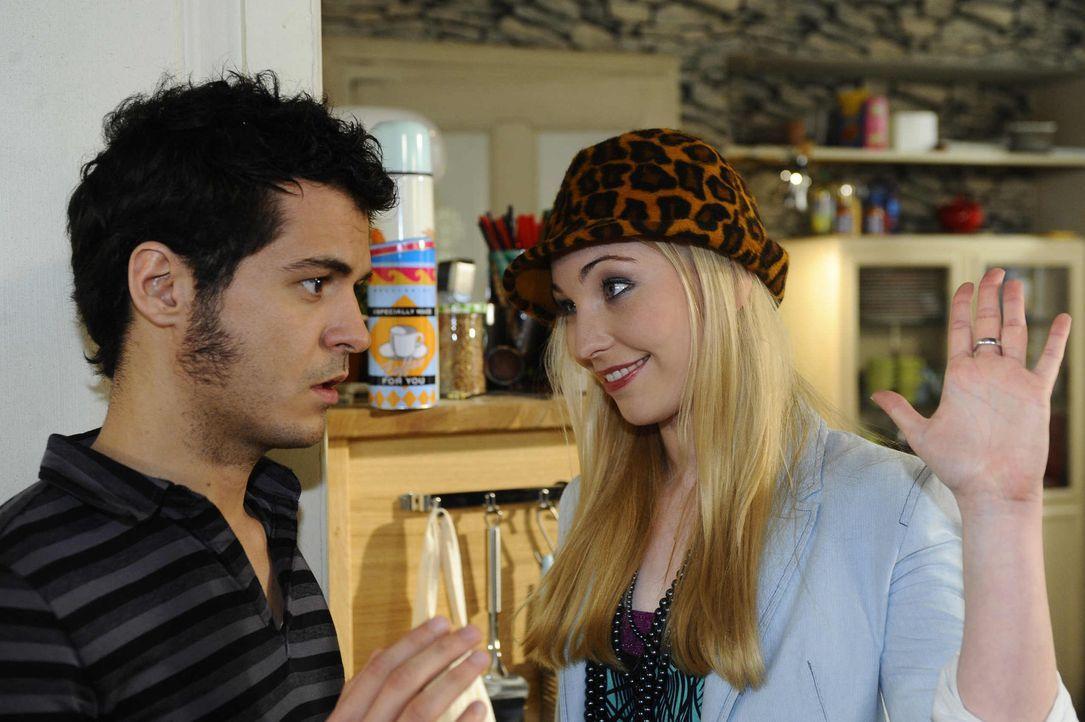 Barbie (Anna Juliana Kletzmayr, r.) sucht erneut Maik (Sebastian König, l.) auf, um ihm ein neues Angebot zu machen: Sie will sich von Maik auf ein... - Bildquelle: SAT.1