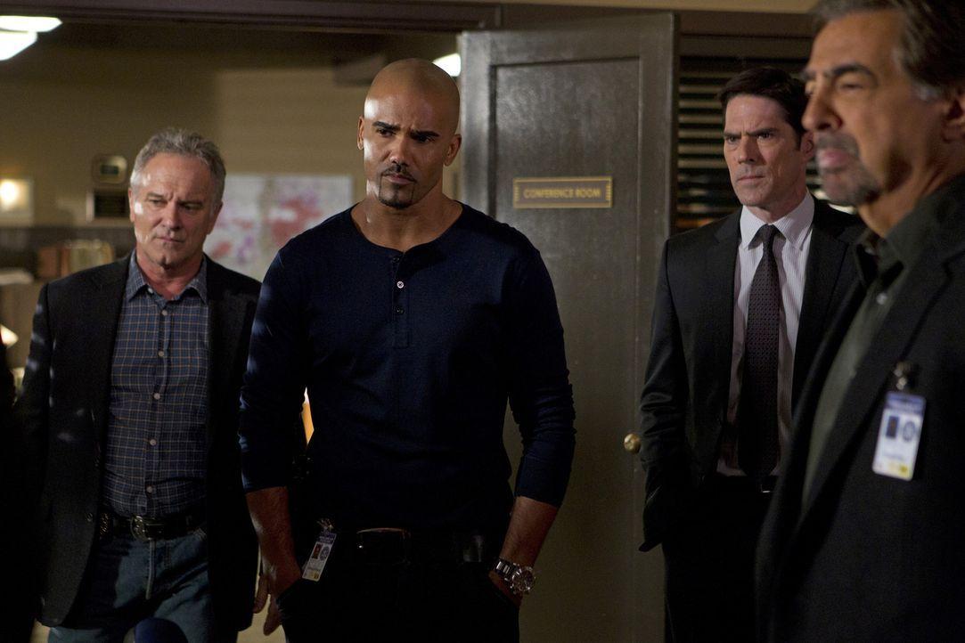 Versuchen, einen Serientäter zur Strecke zu bringen: Detective Tom Landry (John Posey, l.), Morgan (Shemar Moore, 2.v.l.), Hotch (Thomas Gibson, 2.... - Bildquelle: ABC Studios
