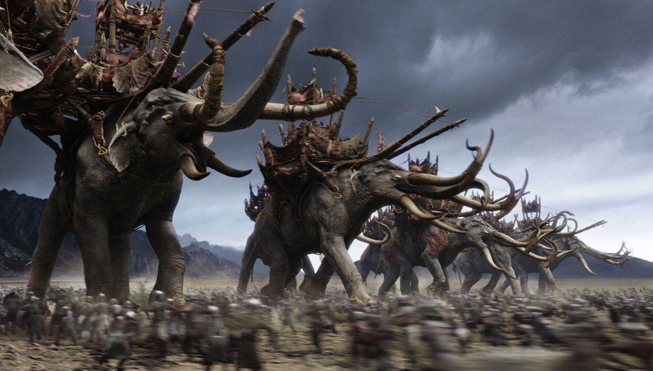 Ein riesiges Heer von Oliphanten greift die Hauptstadt von Gondor an, um die Menschheit auszurotten ... - Bildquelle: Warner Bros.
