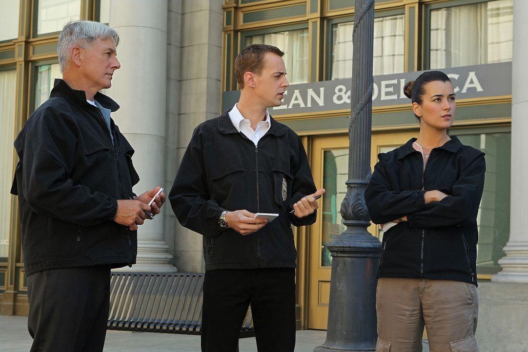 Müssen einen Fall untersuchen, in dem Genie und Wahnsinn nicht voneinander zu unterscheiden sind: Gibbs (Mark Harmon, l.), McGee (Sean Murray, M.)... - Bildquelle: CBS Television