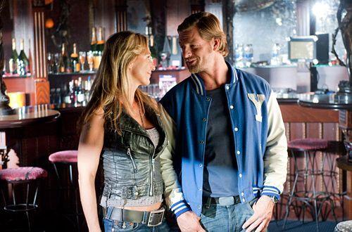 Nicht knackig genug? Mick (Henning Baum) muss sich von Beate (Caroline Beil) anhören, dass er zu alt für eine Stripper-Karriere ist. - Bildquelle: Martin Rottenkolber - Sat1
