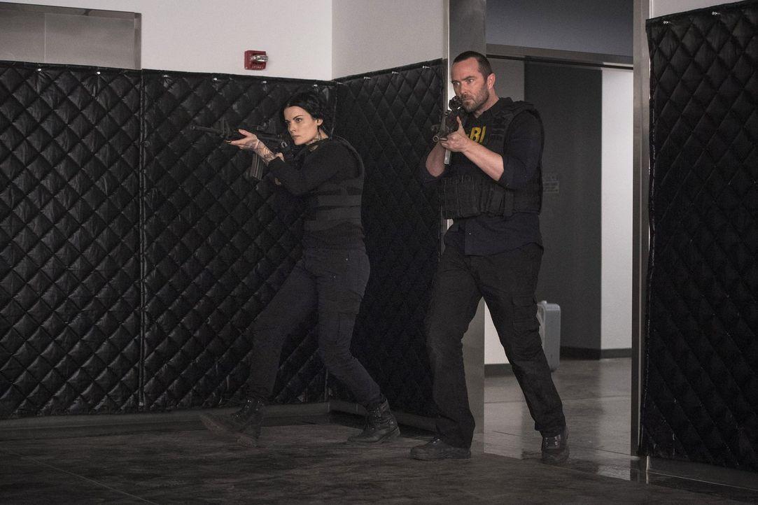 """Endlich soll es zur Entzifferung von """"Phase Two"""" kommen. Doch können Kurt (Sullivan Stapleton, r.) und Jane (Jaimie Alexander, l.) ihr Ziel wirklich... - Bildquelle: 2016 Warner Brothers"""