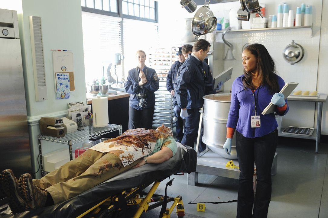 Die Leiche des Cupcake-Bäckers Jimmy wird in einer Teigrührmaschine hängend gefunden. Die Todesursache findet Lanie (Tamala Jones, r.) schnell he... - Bildquelle: ABC Studios