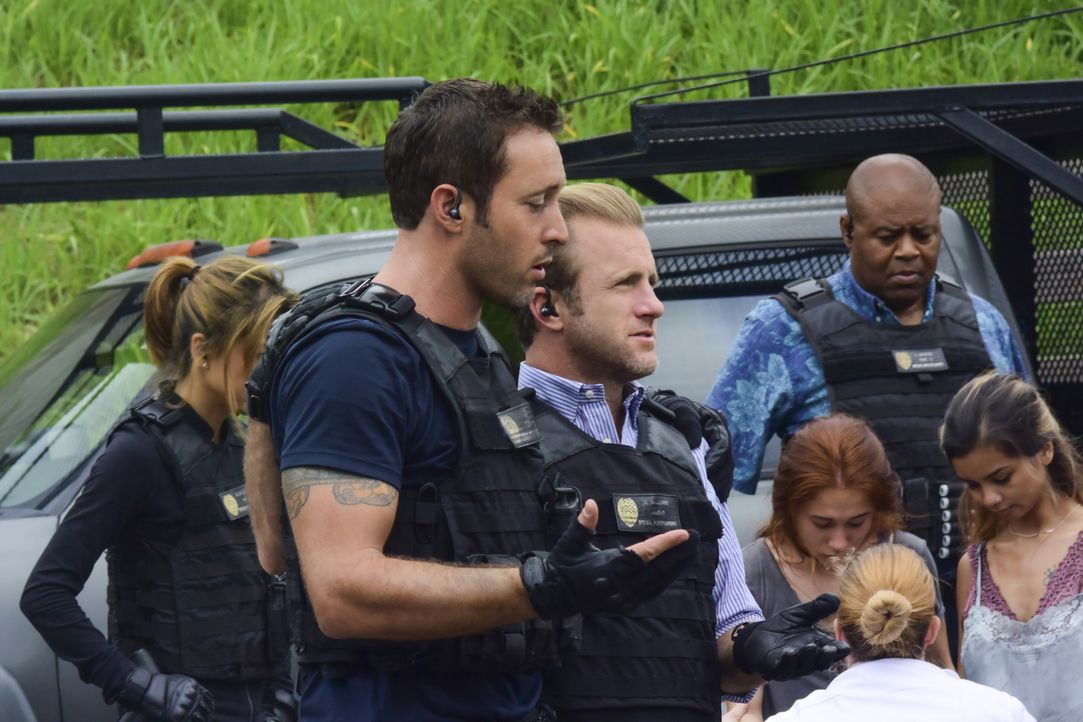 Steve (Alex O'Loughlin, 2.v.l.), Danny (Scott Caan, 3.v.l.), Kono (Grace Park, l.), Grover (Chi McBride, 2.v.r.) und das restliche Team konnten die... - Bildquelle: Norman Shapiro 2017 CBS Broadcasting, Inc. All Rights Reserved