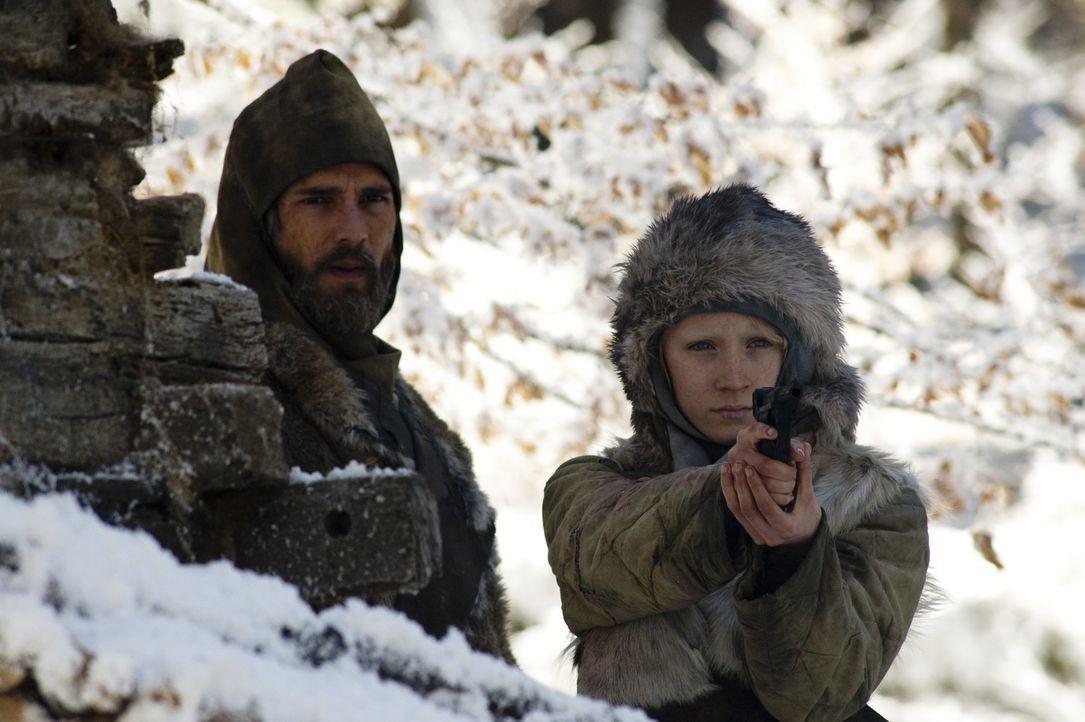 Seitdem Hanna (Saoirse Ronan, r.) ein kleines Kind ist, unterrichtet sie ihr Vater (Eric Bana, l.) in der Wildnis Finnlands in vielen Kampftechniken... - Bildquelle: 2011 Focus Features LLC. All Rights Reserved.