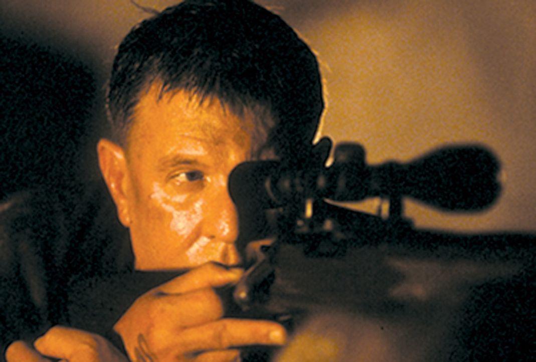 Der Vietnamveteran Thomas Beckett (Tom Berenger) kehrt als Scharfschütze ausgerechnet dorthin zurück, wo er seine schlimmsten Stunden erleben muss... - Bildquelle: 2004 Sony Pictures Home Entertainment Inc. All Rights Reserved.