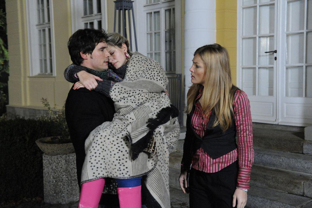 Alexander (Paul Grasshoff, l.) vom Kuss noch völlig verstört, trägt die kranke Mia (Josephine Schmidt, M.) ins Schloss zurück. Als Annett (Tanja... - Bildquelle: SAT.1