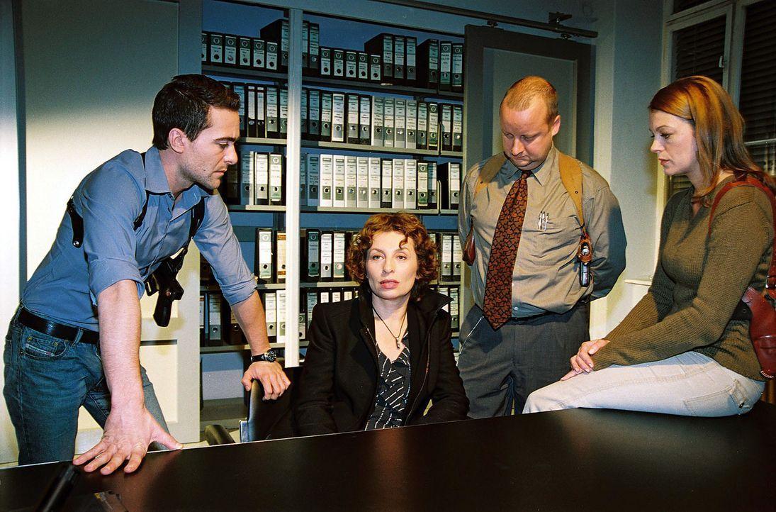 Nora Clementi (Teresa Harder, 2.v.l.) wird auf dem Kommissariat von Marc (Alexander Pschill, l.), Fritz Kunz (Martin Weinek, 2.v.r.) und Niki (Elke... - Bildquelle: Sat.1