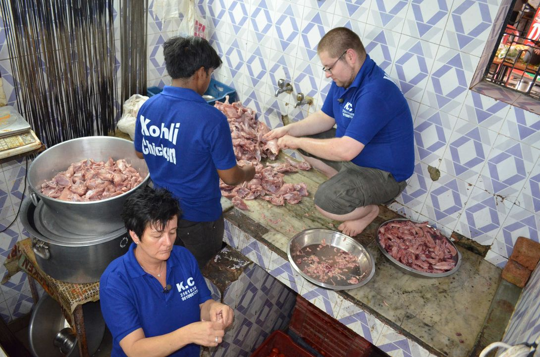Von Hygiene hat man in indischen Straßenrestaurants sicherlich schon mal was gehört: Koch Thorsten (r.) und Küchenhilfe Andrea (l.) ... - Bildquelle: kabel eins